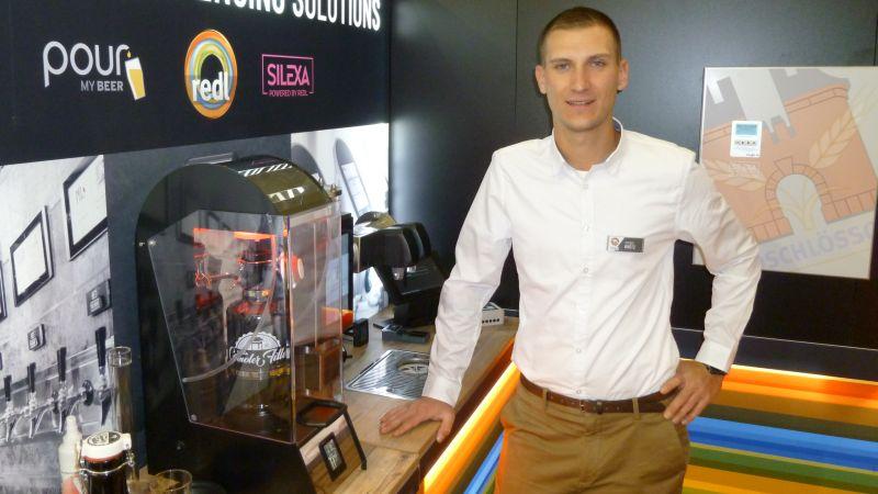 Vertriebsingenieur Dominic Krötz präsentierte auf der Braubeviale den vollautomatischen Flaschenfüller für die Gastronomie. Bild: Kuhn