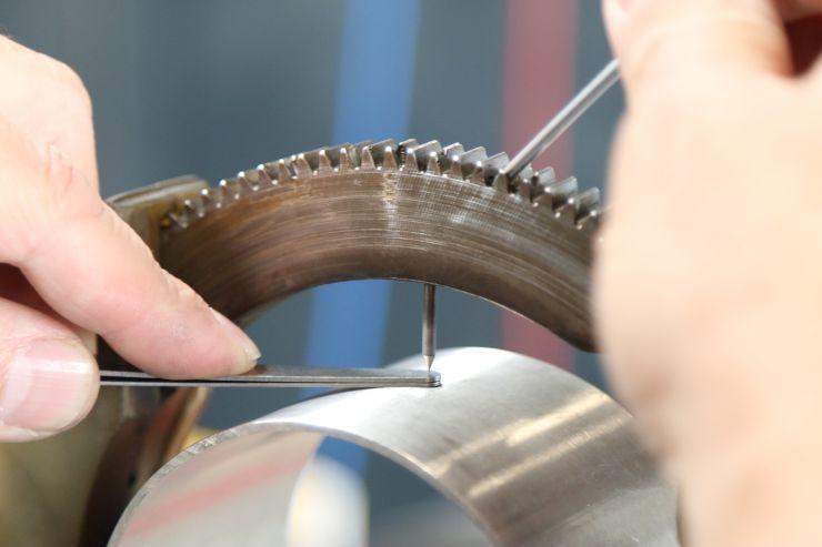 Bei geöffnetem Schweißkopf gelingt die exakte Einstellung der Schweißelektrode zum Rohr hin im Handumdrehen. Bild: Walter Lutz
