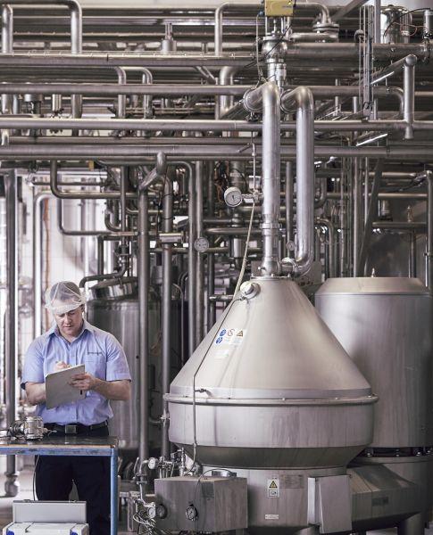 Servicetechniker Jürgen Sittenberger von Endress+Hauser während des Serviceeinsatzes bei den Milchwerken Schwaben. Bild: Endress+Hauser