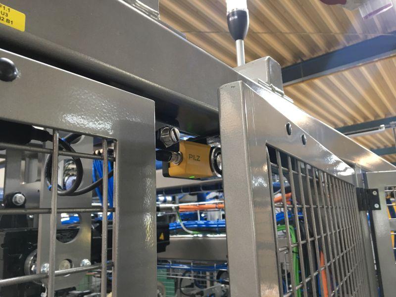 Wo vorher mechanische Sicherheitsschalter zum Einsatz kamen, sorgen nun an den Schutztüren die berührungslosen Schutztürsysteme »PSENslock« von Pilz für die Sicherheit des Steigenaufrichters. Bild: Pilz