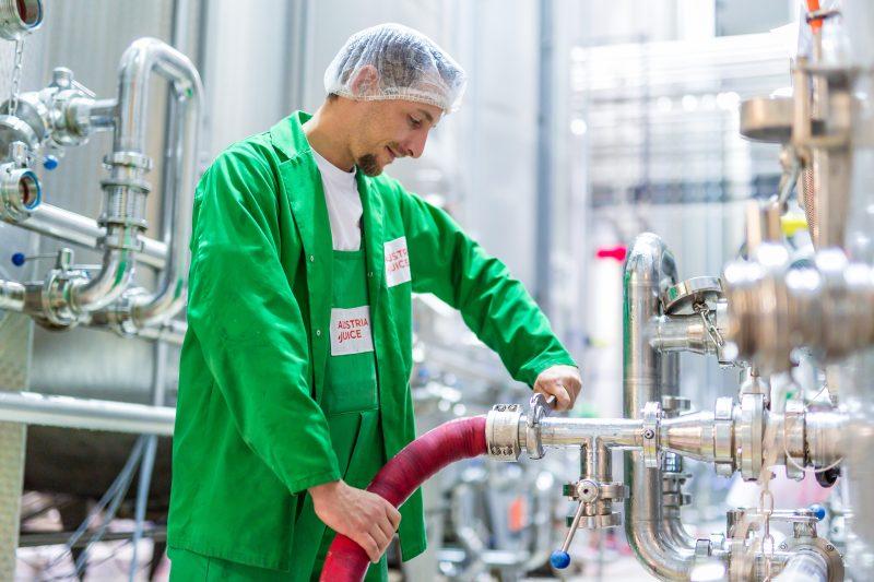 Austria Juice legt besonderen Wert auf sorgfältige, schonende Verarbeitung der Rohstoffe, damit die natürlichen Inhaltsstoffe der Früchte erhalten bleiben und die Getränke immer den vollen Genuss bieten. Kurze Lieferketten: Die Früchte und Gemüse werden dort verarbeitet, wo sie wachsen (Bild: Austria Juice).