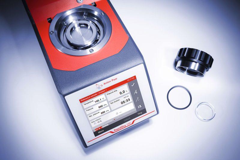 Der kapazitive Touchscreen zeigt während der Messung die Druck-Zeit-Kurve sowie Temperatur, Zeit und Druck an (Bild: Anton Paar).