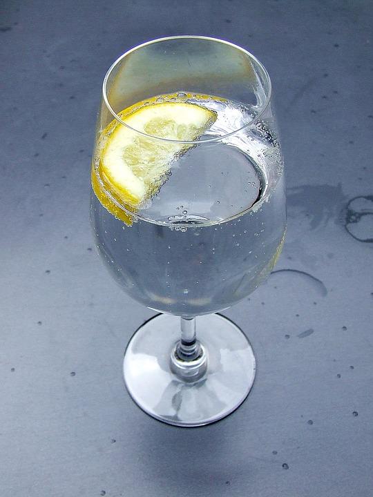 Hard Seltzer: erfrischend, leicht fruchtig und moderater Alkoholgehalt, vereint in einem Getränk, das mehrere Verbrauchertrends bedient (Symbolbild: Pixabay/Ranya)