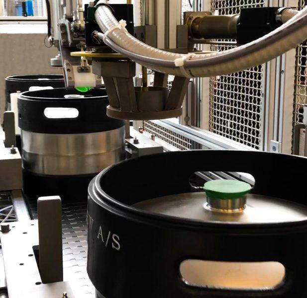 Die automatischen Kappenaufsetzer und -schrumpfer sind auch für eine Leistung von bis zu 2000 Kegs pro Stunde erhältlich.