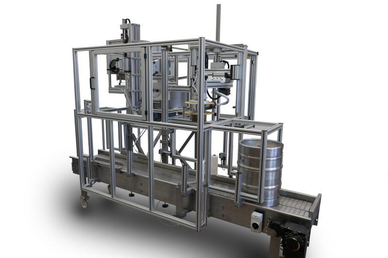 Der neue Kappenaufsetzer und -schrumpfer ermöglicht auch kleinen Brauereien die vollautomatische und zuverlässige Versiegelung von Kegs. Bilder: atka
