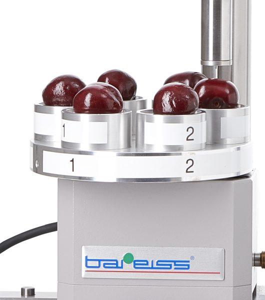 Bis zu sechs Früchte finden auf dem Rotationstisch Platz. Der Bedienereinfluss während der Messung wird auf ein Minimum reduziert. Bilder: Bareiss