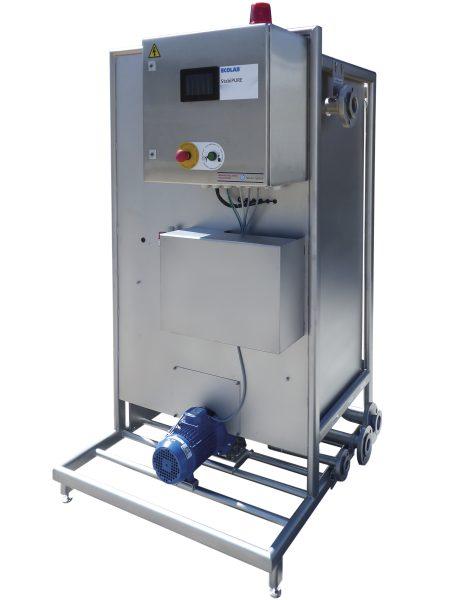 Das neue Modul zur Laugenfiltration arbeitet parallel zur Flaschenreinigungsmaschine und benötigt nur eine geringe Stellfläche (links)...