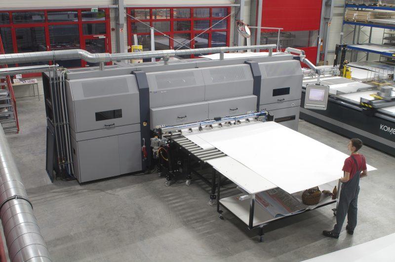 Für die Weiterverarbeitung nach dem Digitaldruck kommt ein Schneidplotter zum Einsatz.