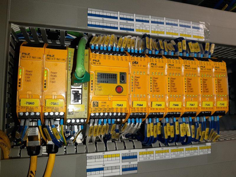 Die Kleinsteuerung steuert alle Sicherheitsfunktionen, wobei auf dem beleuchteten Display bei Bedarf auch Statusanzeigen abgerufen werden können.