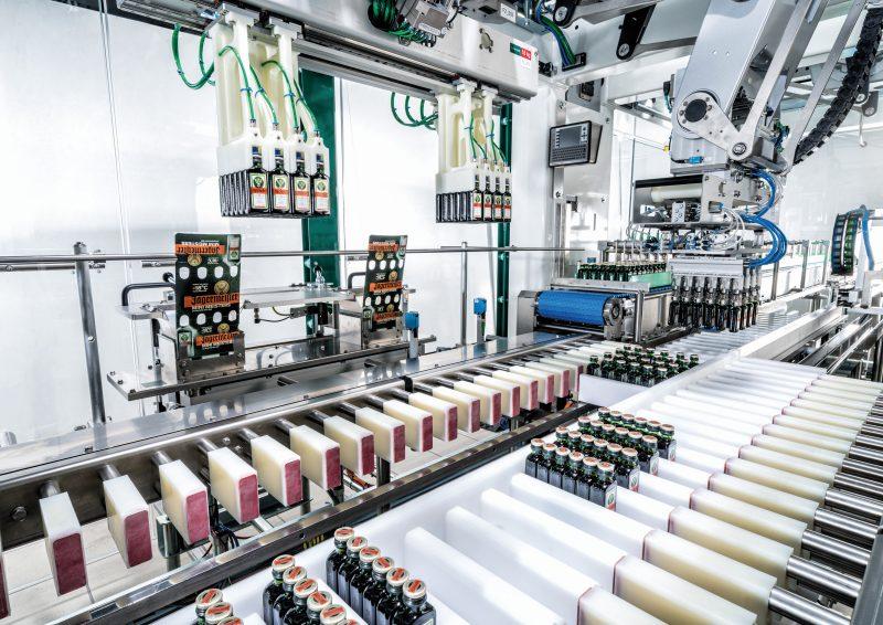 Die flexible und auf das neue Verpackungskonzept angepasste Verpackungsmaschine ersetzt vollautomatisiert und präzise das bisherige Umpacken der kleinen Flaschen von Hand. Bilder: Schubert