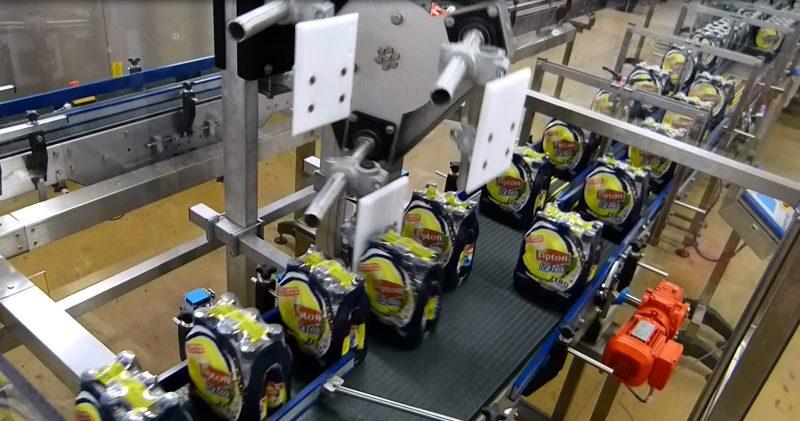 Der präzise Überschub schräg zur Laufrichtung erlaubt auch quer kommende Sixpacks in Folie exakt ausgerichtet auf die Parallelbahn zu verteilen. Bilder: Sortec