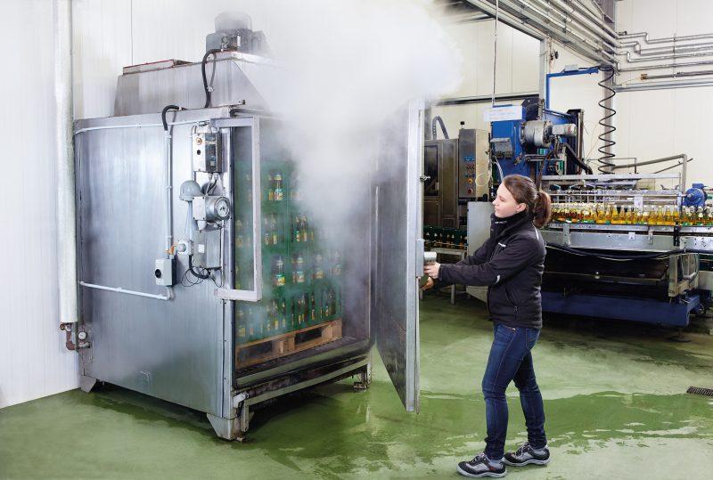 Thermische Haltbarmachungsprozesse wie die Pasteurisation müssen regelmäßig auf ihre Wirksamkeit geprüft werden. Bilder: Testo