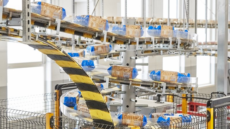 Die Fördersysteme bilden die effiziente Schnittstelle zwischen vorgelagerter Produktion und Palettierer (Bild: Ferag).