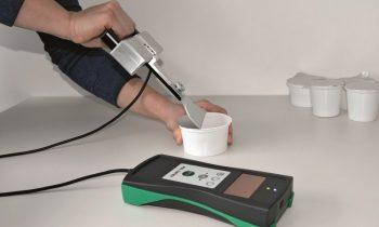 Das Trennkraftmessgerät ermittelt schnell und einfach die Öffnungskräfte von Verpackungen (Bild: Pitsid).
