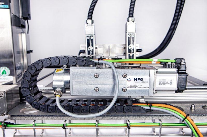 Der Druckkopf wird an eine Verfahrachse flexibel über die Oberfläche geführt, um den Arbeitsradius zu erweitern (Bild: MFG)