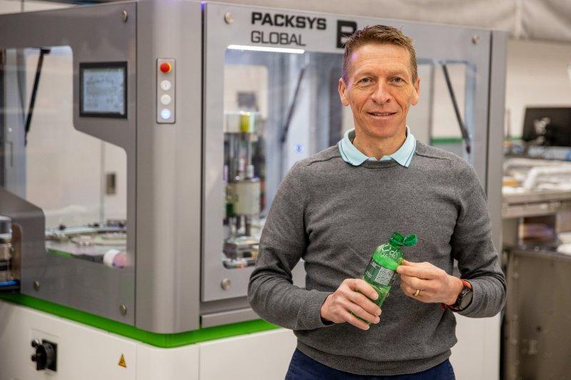 Ueli Kobel, Product Manager Closures, stellt die Lösungen für Tethered Caps vor (Bild: Packsys Global).