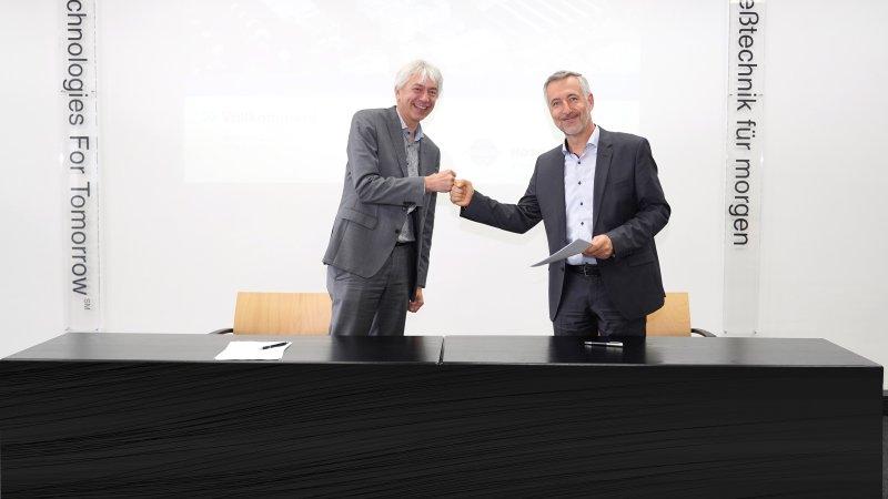 Johannes Wick, CEO Grains & Food bei Bühler, und Dr. Antonio Fernández, Vorsitzender des Vorstands von Hosokawa Alpine, bei der Unterzeichnung der Kooperationssvereinbarung (Bild: Hosokawa Alpine).