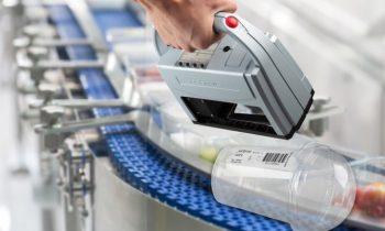 Das mobile Kennzeichnungsgerät ist für die Abläufe in der Lebensmittelindustrie vorbereitet (Bild: Ernst Reiner GmbH & Co. KG).