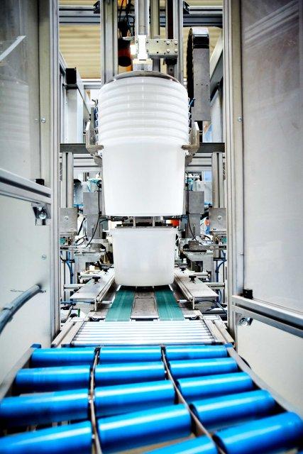 Der Verpackungshersteller beliefert die Bau-, Chemie- und Lebensmittelindustrie mit Eimern, Kanistern und Flaschen (Bild: Wolf Plastics).